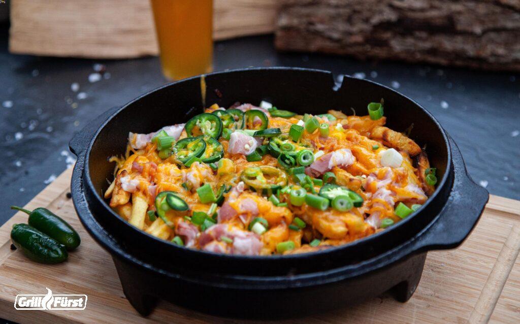 Chili Cheese Fries mit Speck und Frühlingszwiebeln
