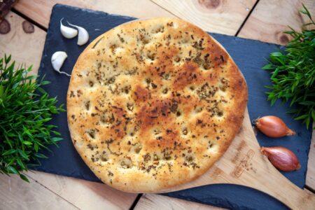 Focaccia Fladenbrot auf Pizzabrett