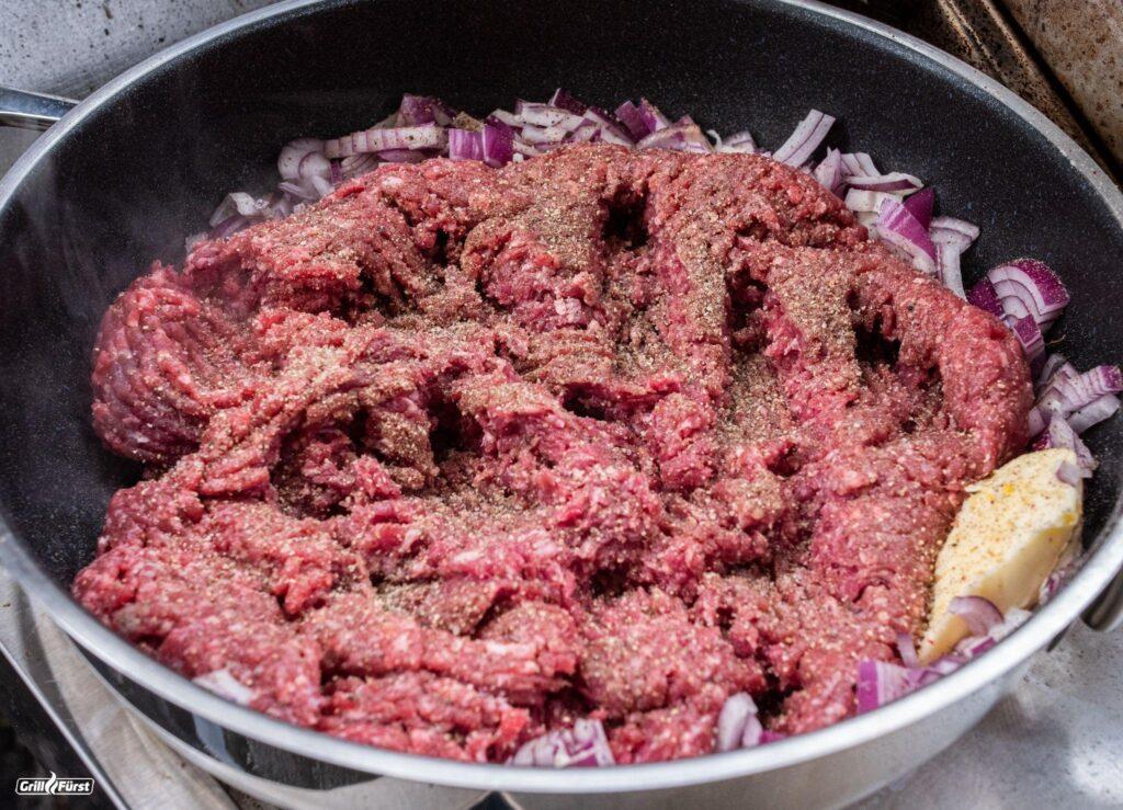 Rohres Hackfleisch in Pfanne mit Zwiebeln