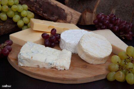 Käseplatte mit Weintraub, Grillen mit Käseen