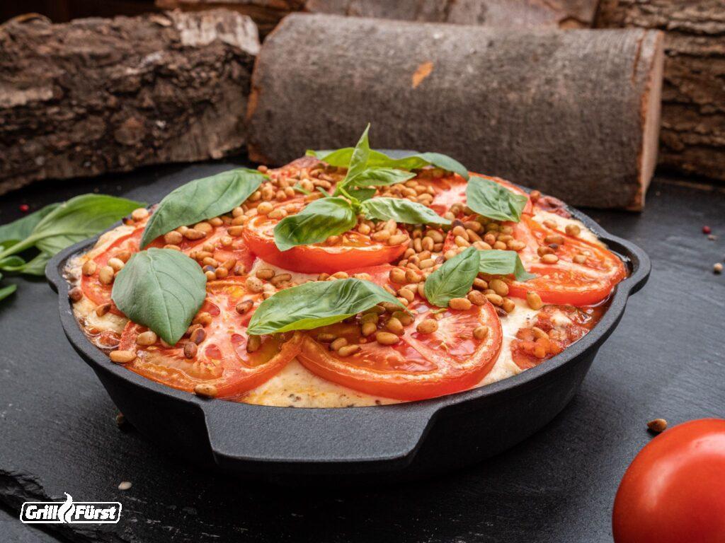 Vegane Lasagne mit Tomaten, Basilikum, Pinienkernen