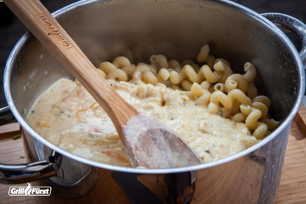 Nudeln und Käsesoße in Topf