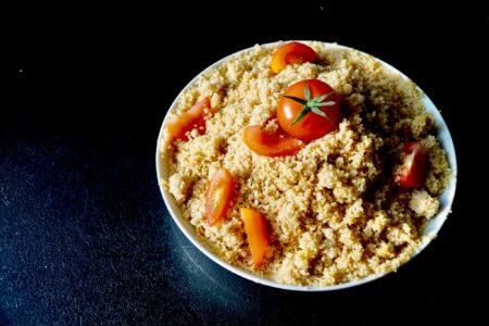 Couscous mit Tomaten belegt