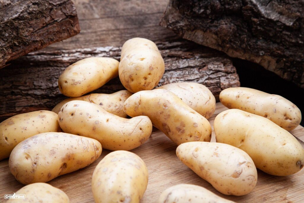 lose Kartoffeln auf Holzbrett