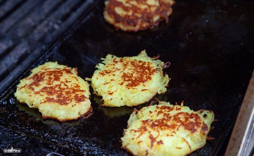 Kartoffelpuffer auf Gussplatte