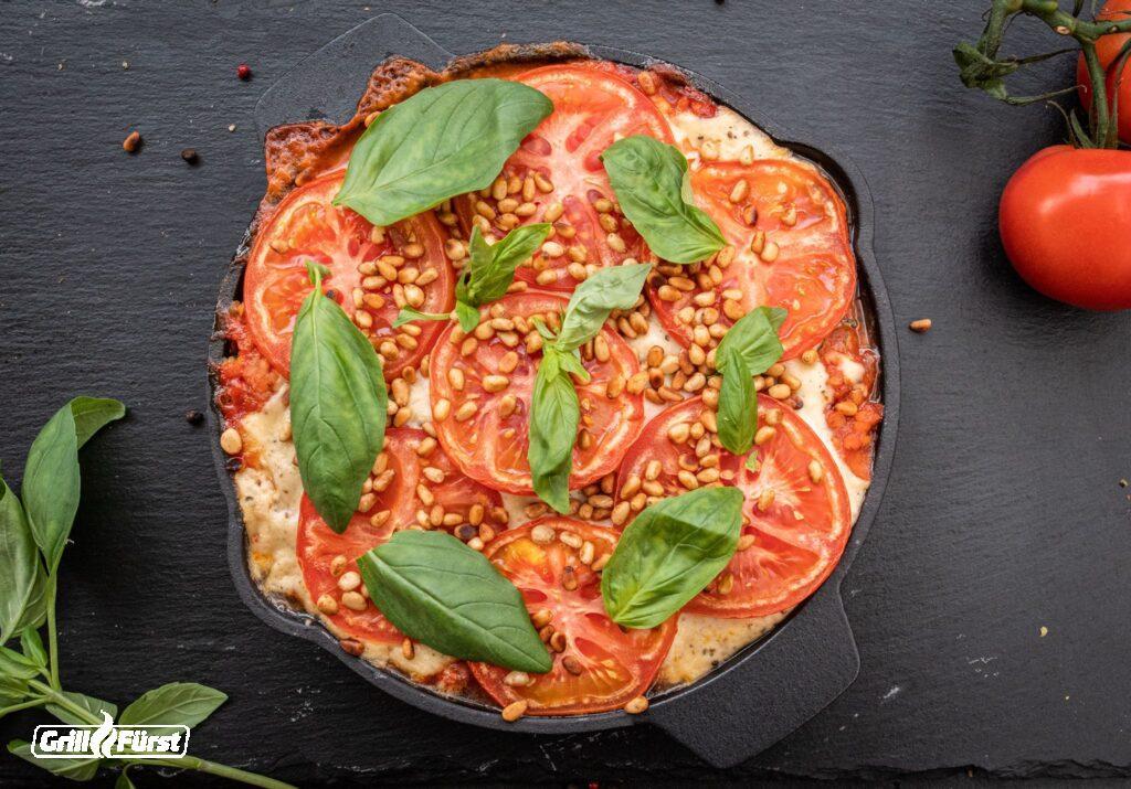 vegane Lasagne mit Tomaten, Basilikum, Pinienkerne