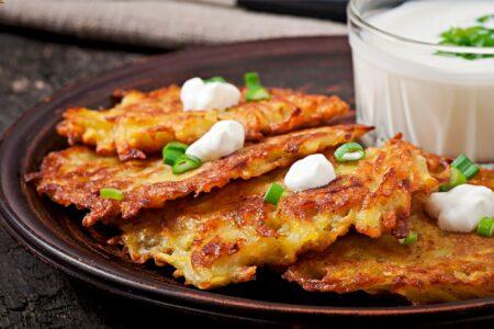 Kartoffelpuffer vegan mit Joghurt und Frühlingszwiebeln