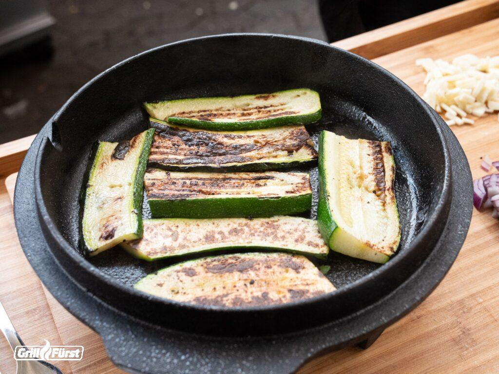 Zucchinischeiben im Dutch Oven Deckel