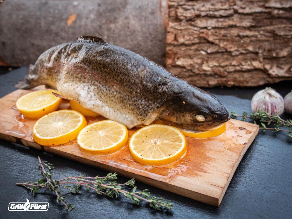 Forelle auf Zitronenbett und Räucherbrett