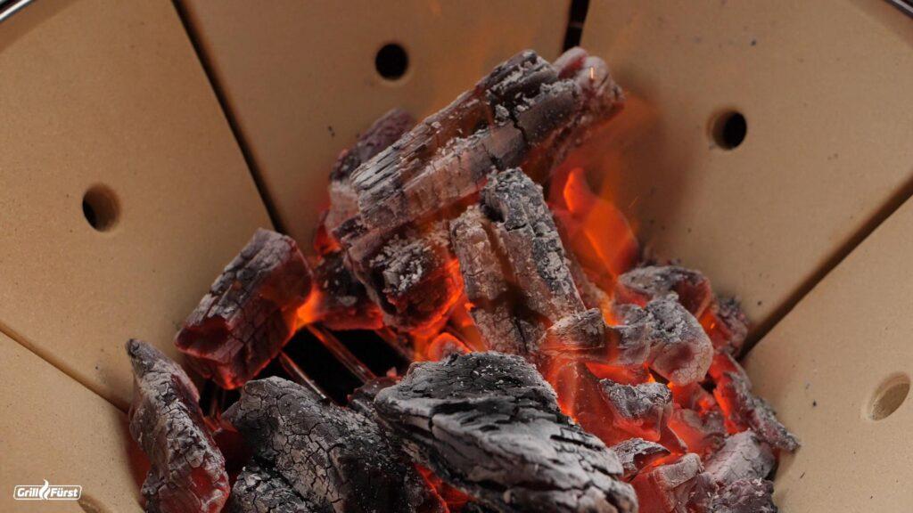 Kamado Joe Kettle gefüllt mit Holzkohle