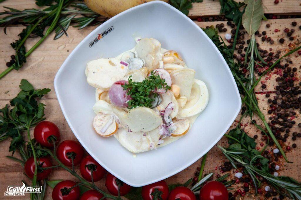 Einfacher Kartoffelsalat zum Grillen mit Eiern und Tomaten