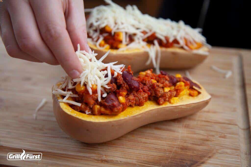 Gegrillten Butternut-Kürbis mit Chili befüllen und Käse betreuen