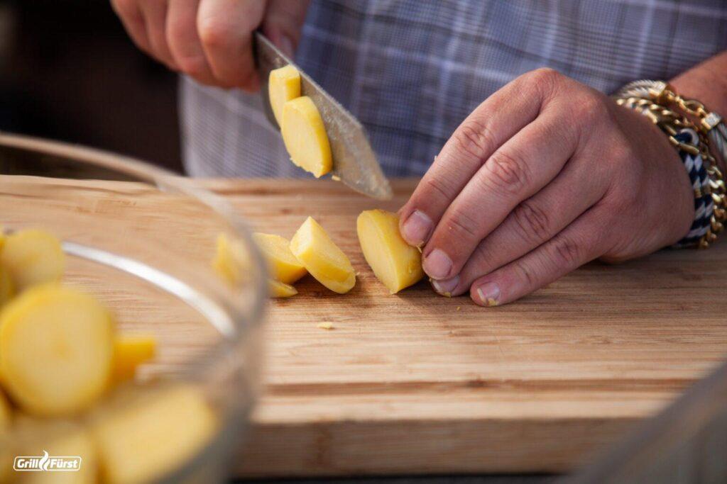 Kartoffeln für Kartoffelsalat schneiden