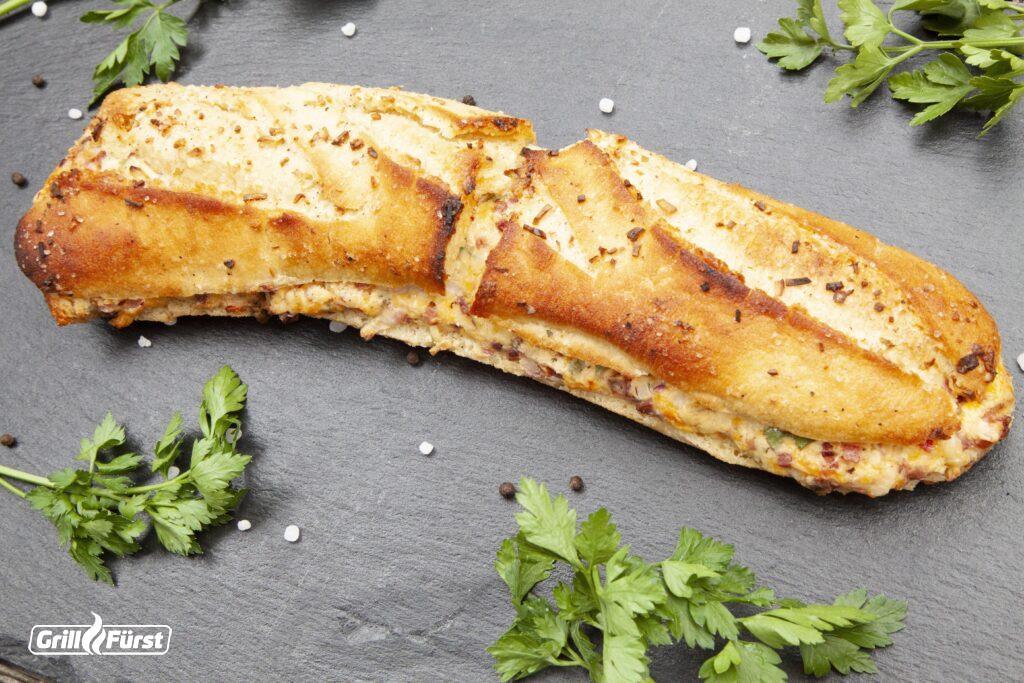 Baguette gefüllt mit Knoblauch, Schinken und Käse