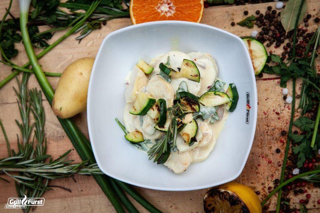 Mediterraner Kartoffelsalat mit gegrillten Zucchini