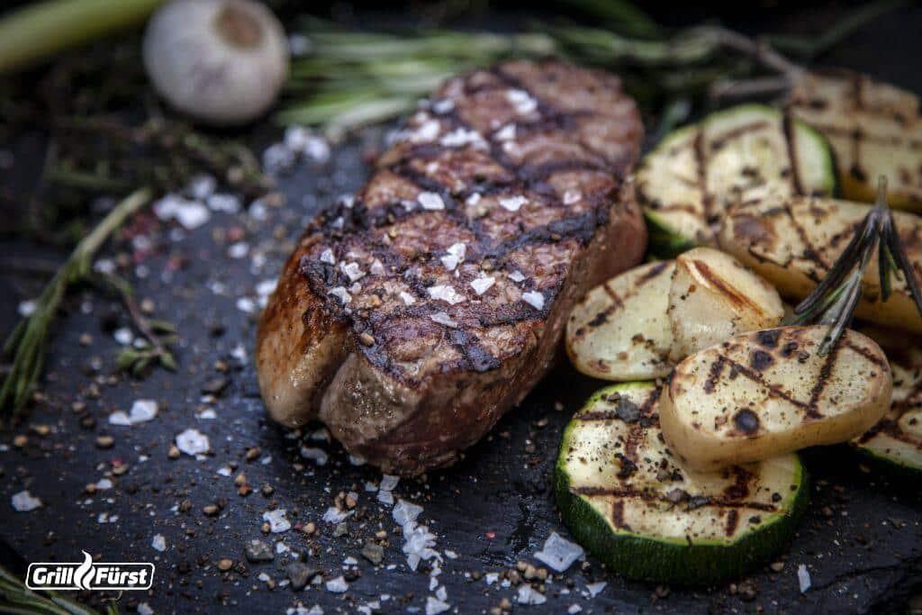 Rumpsteak serviert mit saisonalem Gemüse.