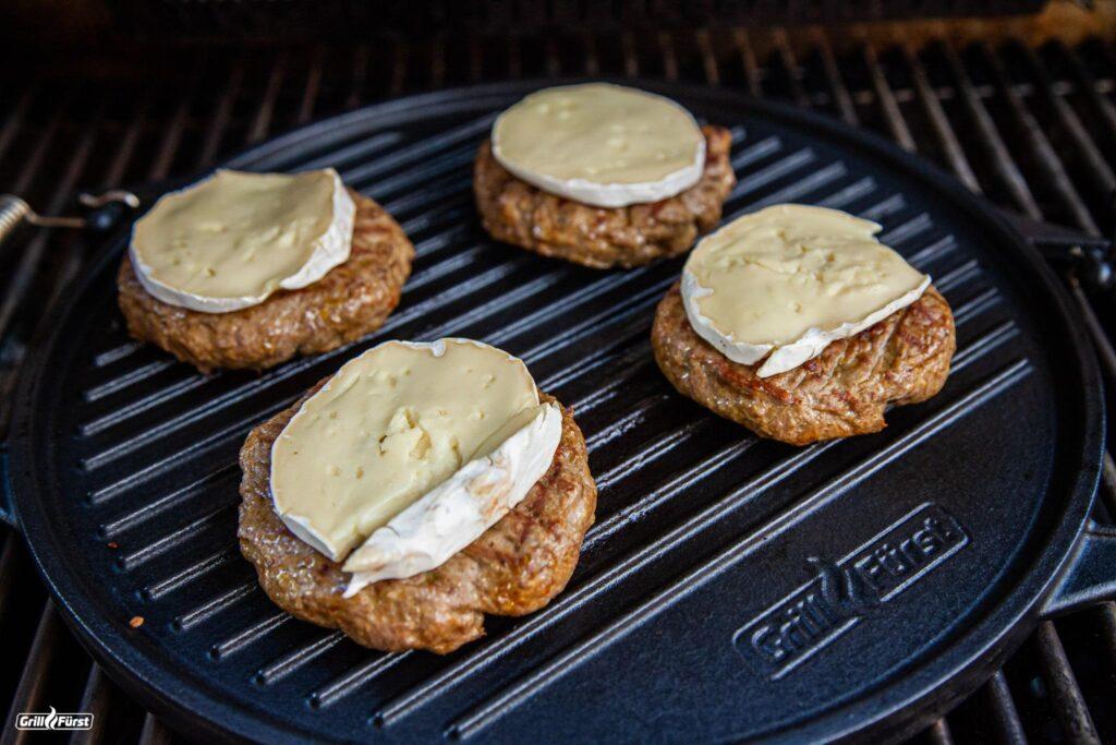 Grillplatten aus Gusseisen können Wärme gut speichern und an Fleisch und Co. weitergeben.