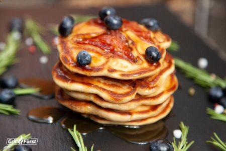 Bacon Pancakes mit Roggenmehl und Blaubeeren