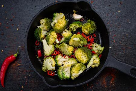 Gegrillter Brokkoli mit Chili und Knoblauch in einer Gusspfanne