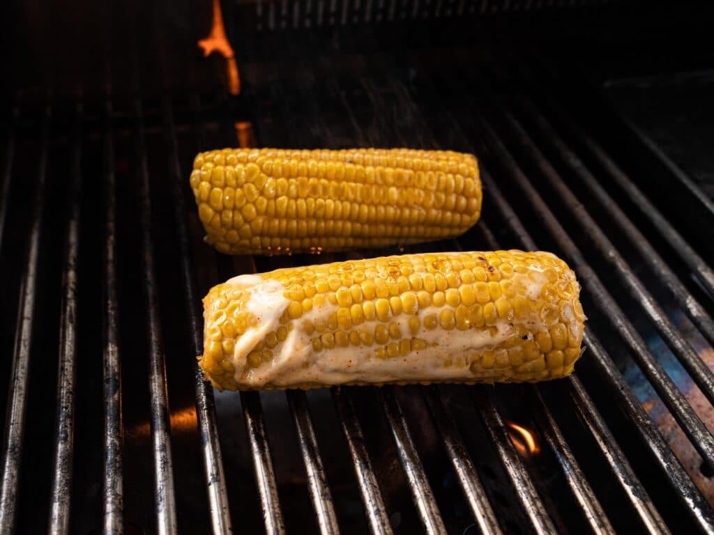 Maiskolben grillen mit Butter