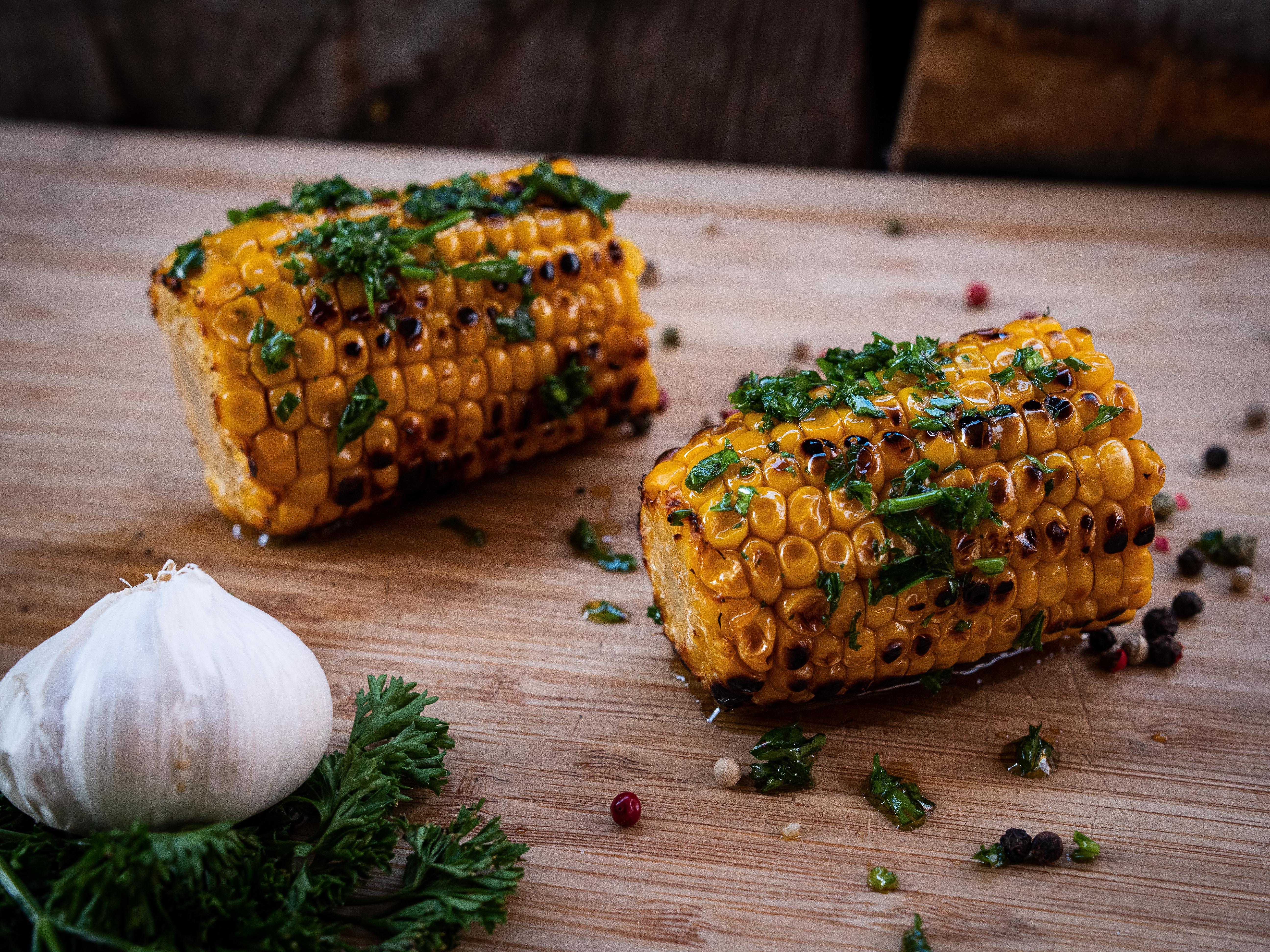 Maiskolben grillen mit Kräuterbutter