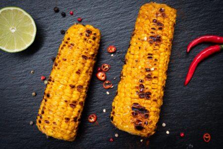 Maiskolben grillen mit Limette und Chili