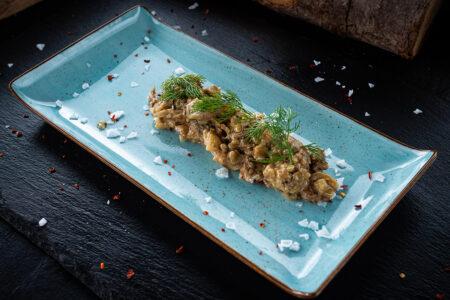 Baba Ganoush aus gegrillten Auberginen angerichtet auf einem Teller