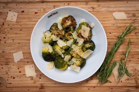 Brokkoli vom Grill mit Parmesan - angerichtet auf einem Teller