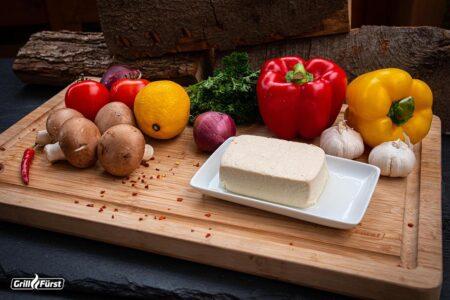 Was man vegan grillen kann: Tofu und verschiedenes Gemüse