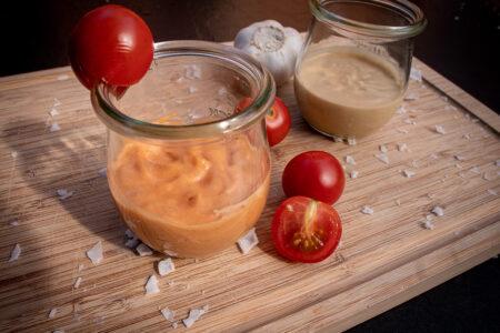 Vegane Grillsaucen: Cocktailsauce und Aioli aus Sojamilch im Glas