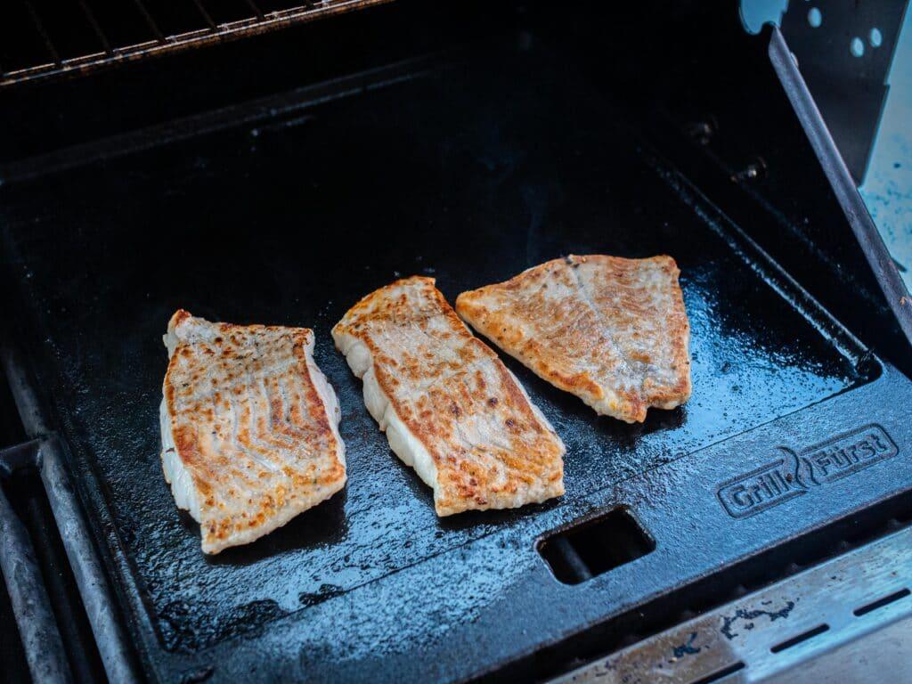 Fisch grillen auf der Gusseisen Grillplatte