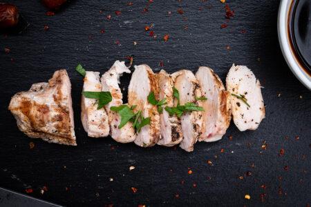 Aufgeschnittene Hähnchenbrust in Dattelsirup mariniert