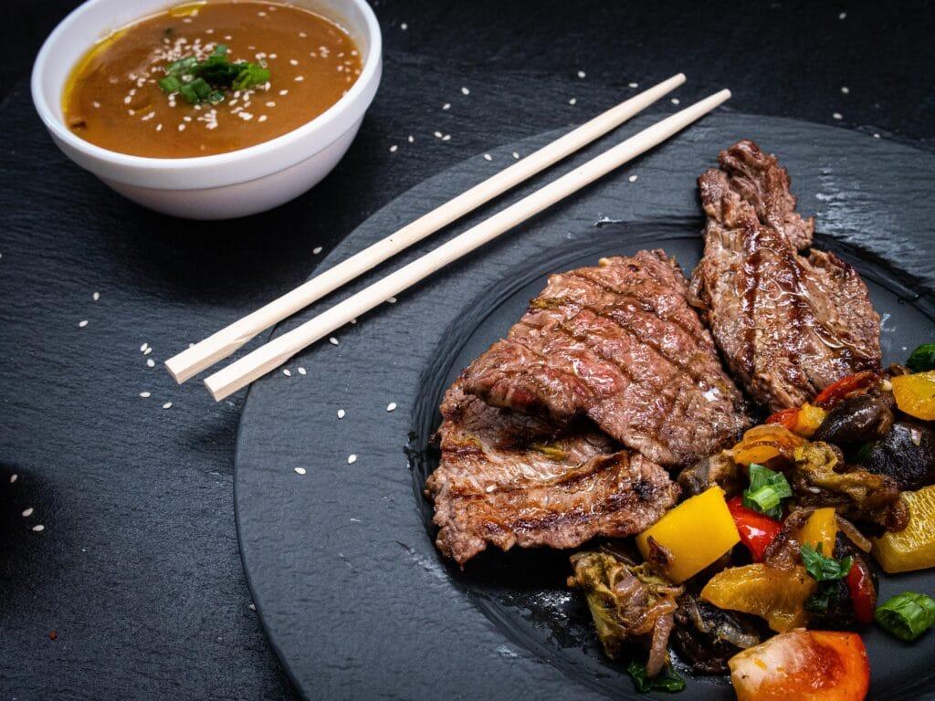 Angerichteter Teller beim japanisch Grillen mit Rindersteak