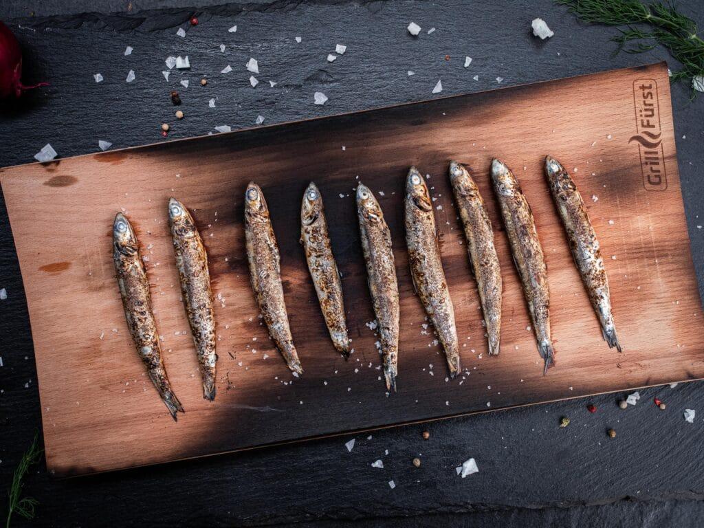 Sardinen Grillen auf dem Räucherbrett