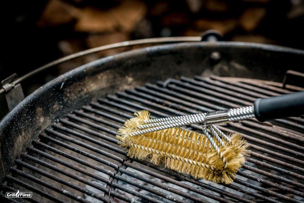 Den Weber Holzkohlegrill kannst Du mit einer Edelstahlbürste oder Messingbürste reinigen