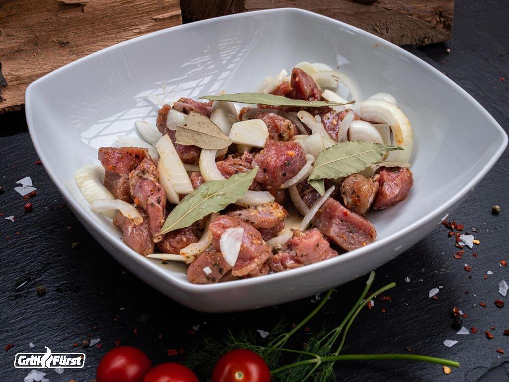Lammfleisch für Schaschlik in Marinade
