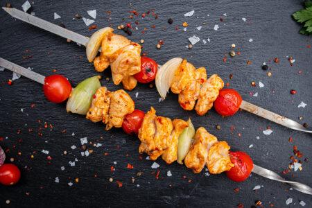 Russische Hähnchenspieße gegrillt mit Zwiebeln und Tomaten