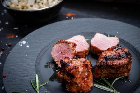 Schweinemedaillons Grillen: Rosa gegrillte Filets auf einem Teller