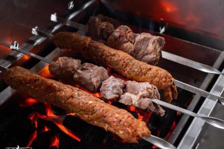 Verschiedene Grillspieße auf Mangal Grill