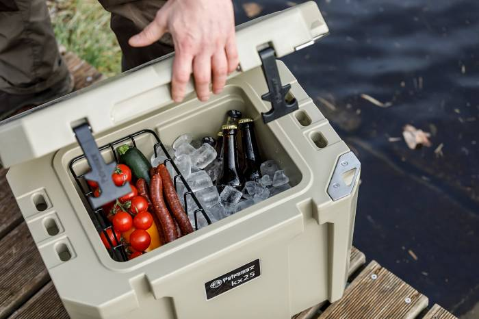 Reichlich Platz für Getränke und Snacks in der Kühlbox von Petromax