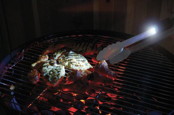 Ein Highlight aus dem Steven Raichlen Barbecue Zubehlr Sortiment: Die LED Grillzange
